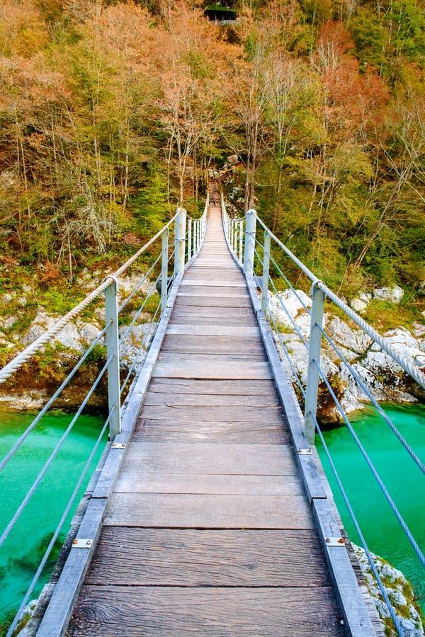 Vieux pont en bois au-dessus de rivière de Soca photographie stock libre de droits