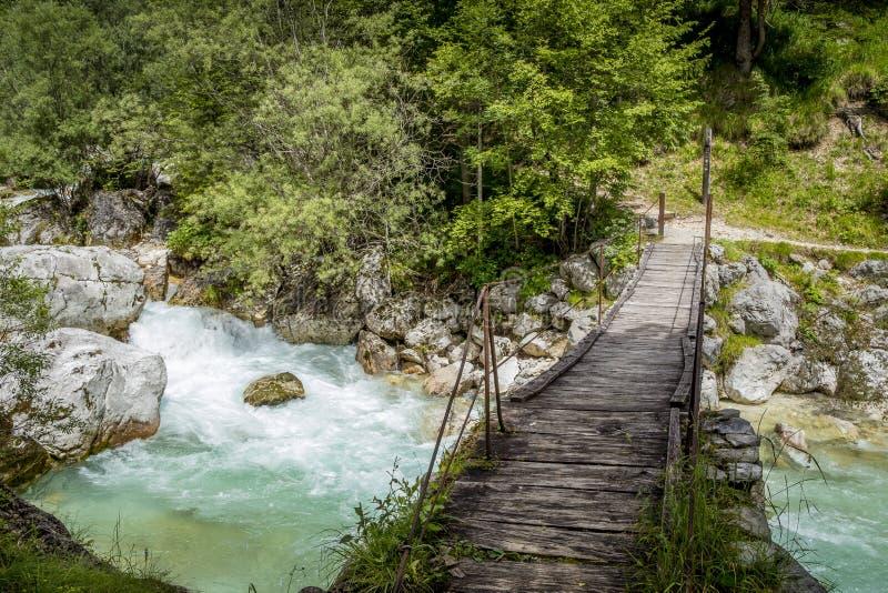 Vieux pont en bois au-dessus de rivière de Soca, Slovénie photographie stock libre de droits