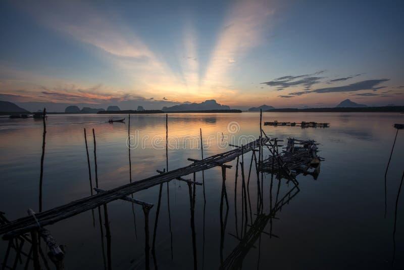 Vieux pont en bois au temps de lever de soleil dans Phangnga, Thaïlande image libre de droits
