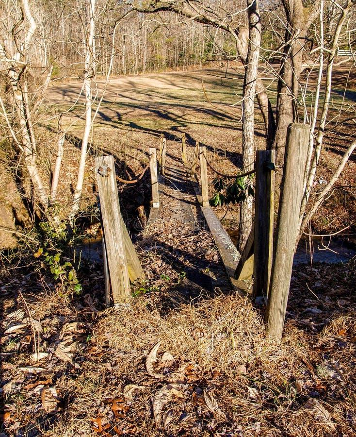 Vieux pont en bois de pied au parc d'état accrochant de roche photographie stock libre de droits