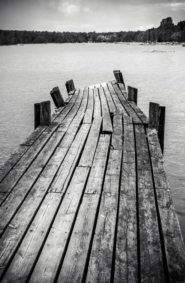 Vieux pont en bois de pied en mer image libre de droits