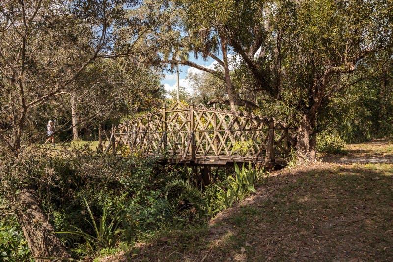 Vieux pont en bois le long du riverway au parc d'état historique de Koreshan photos libres de droits