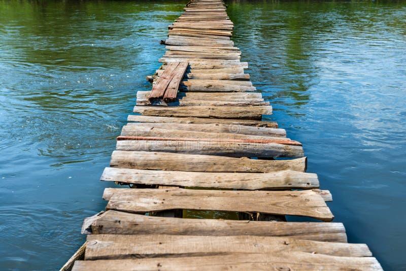 Vieux pont en bois par la rivière photos stock