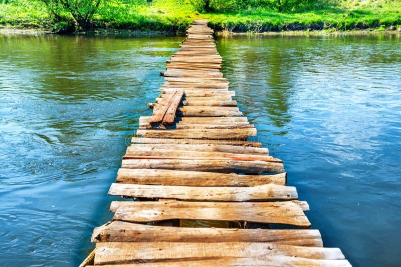 Vieux pont en bois par la rivière image stock
