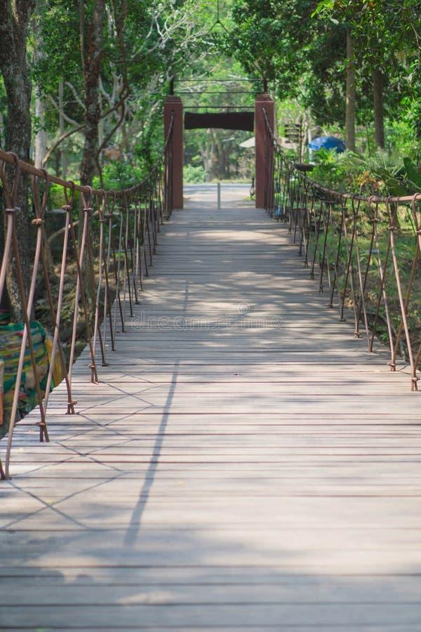 Vieux pont en bois en Thaïlande images stock