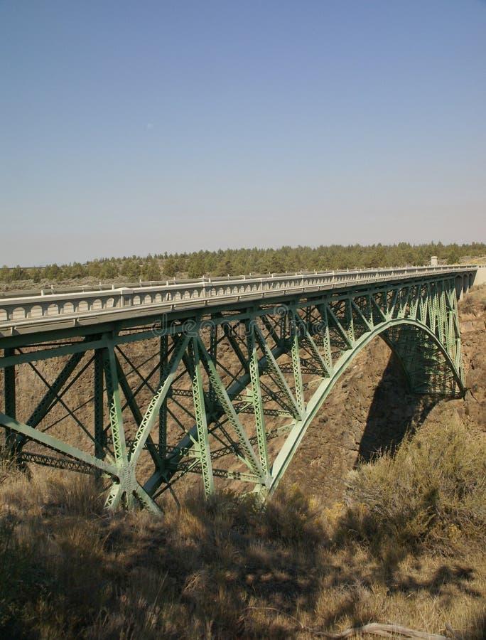 Vieux pont en fer au-dessus de la gorge courbée de fleuve photos libres de droits