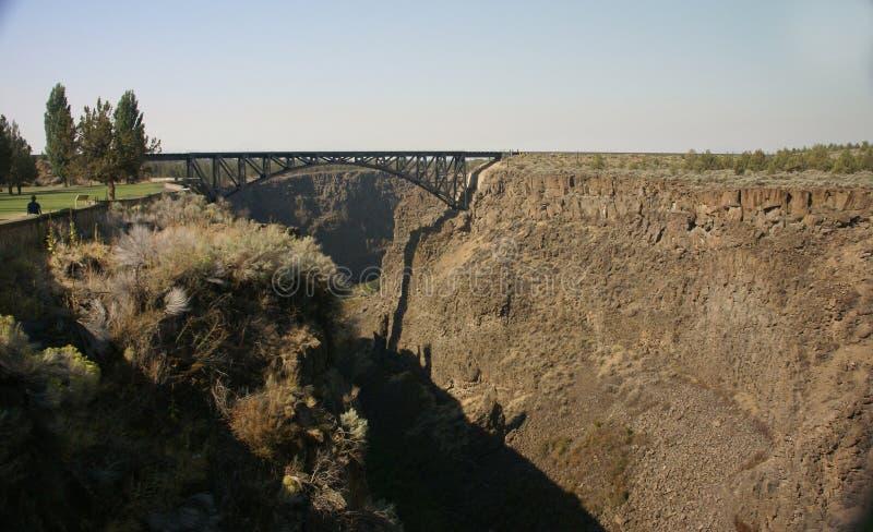 Vieux pont en fer au-dessus de la gorge courbée de fleuve images libres de droits