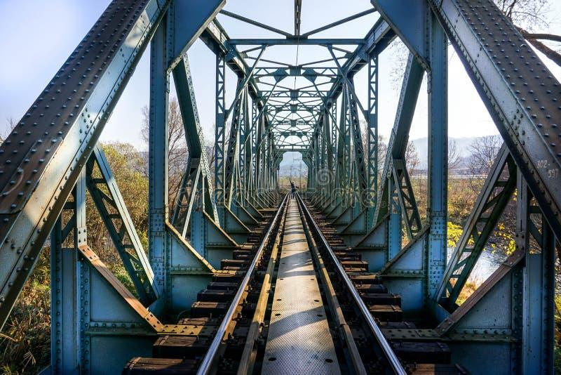 Vieux pont en fer avec des voies de chemin de fer images libres de droits