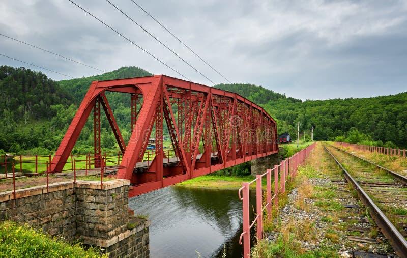 Vieux pont en métal sur le chemin de fer de Circum-Baikal photo libre de droits