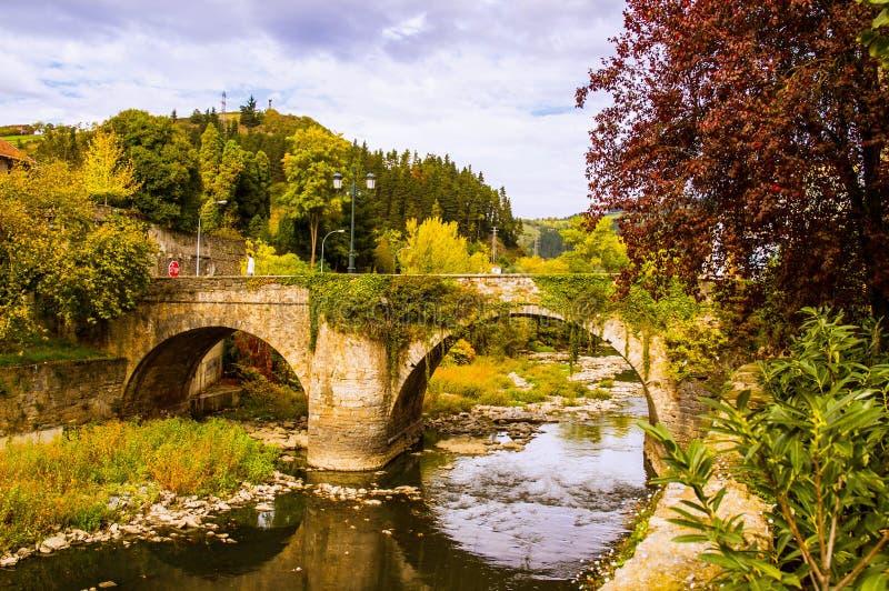 Vieux pont en pierre en hiver tôt photo libre de droits