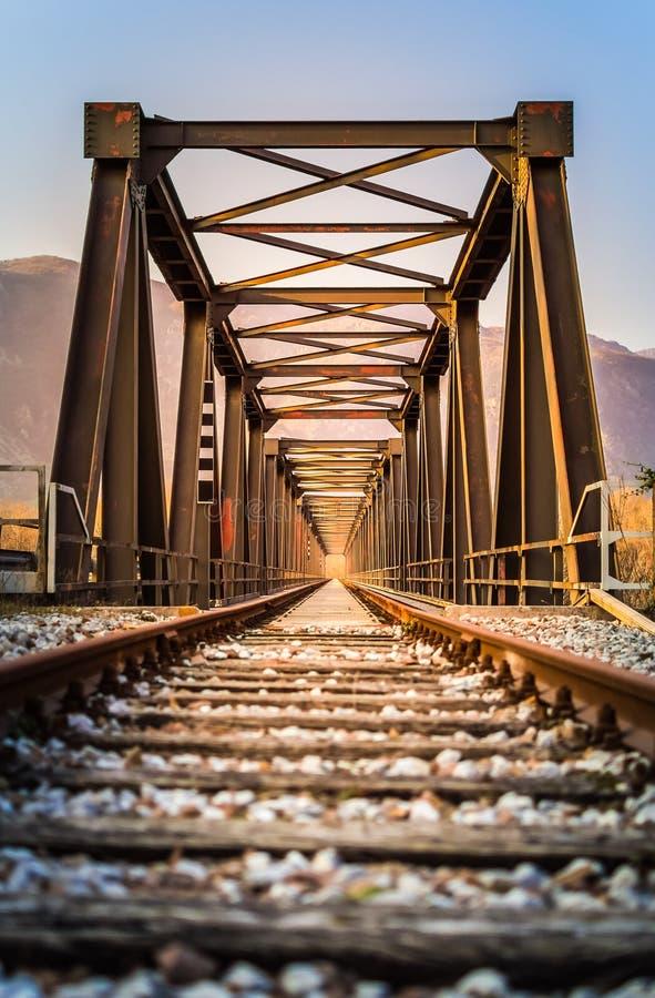 Vieux pont en voie ferrée en métal Avec la construction métallique symétrique et photo libre de droits