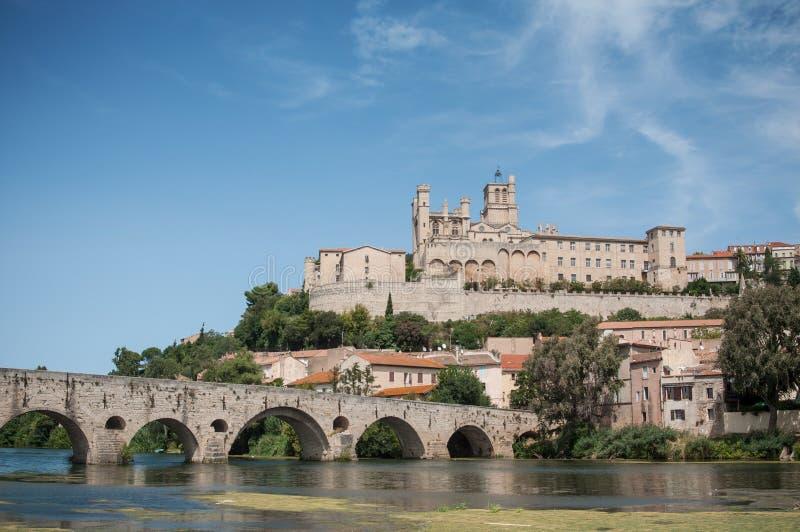 vieux pont et St romains Nazaire de cathédrale à Beziers image stock