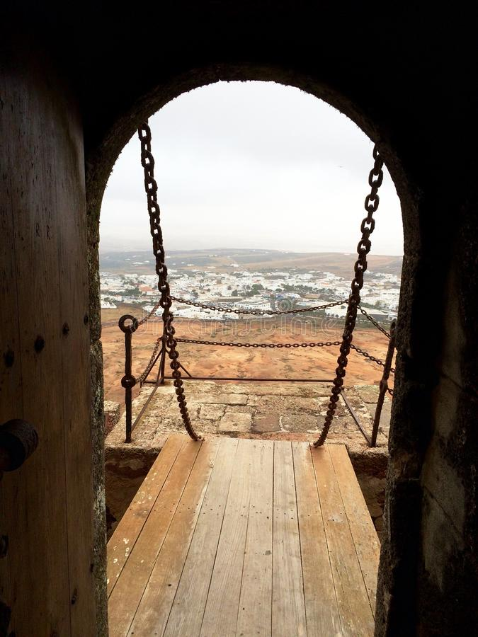 Vieux pont-levis en bois comme sortie à la plate-forme d'observation Voyage par la Sicile Foyer s?lectif ext?rieur photographie stock libre de droits