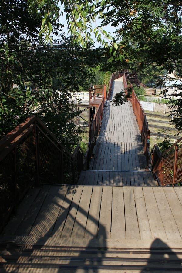 Vieux pont piétonnier au-dessus de image stock