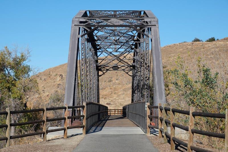 Vieux pont Repurposed en train comme traînée de piéton et de vélo photo libre de droits