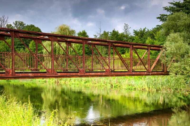 Vieux pont sur le pays en été photos stock