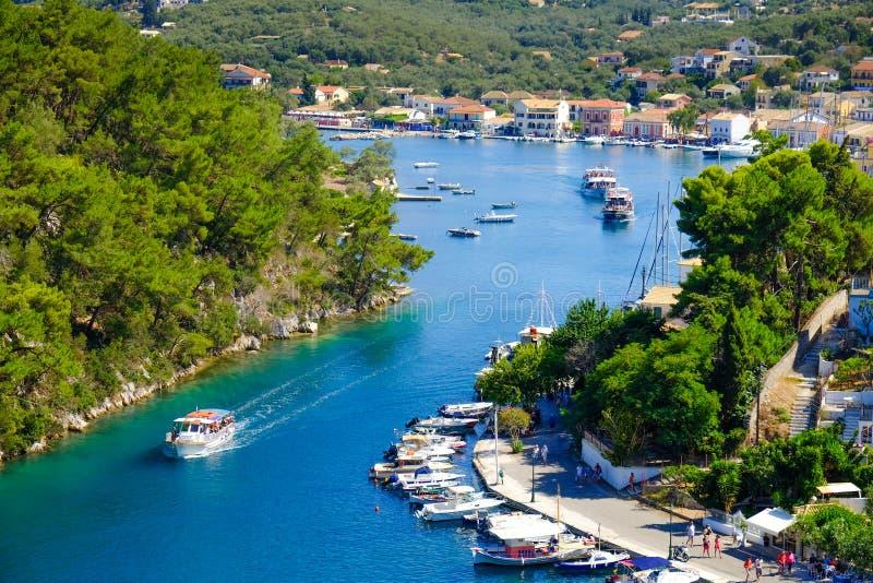 Vieux port d'île de Paxos avec le bateau entrant dans le canal grand photographie stock