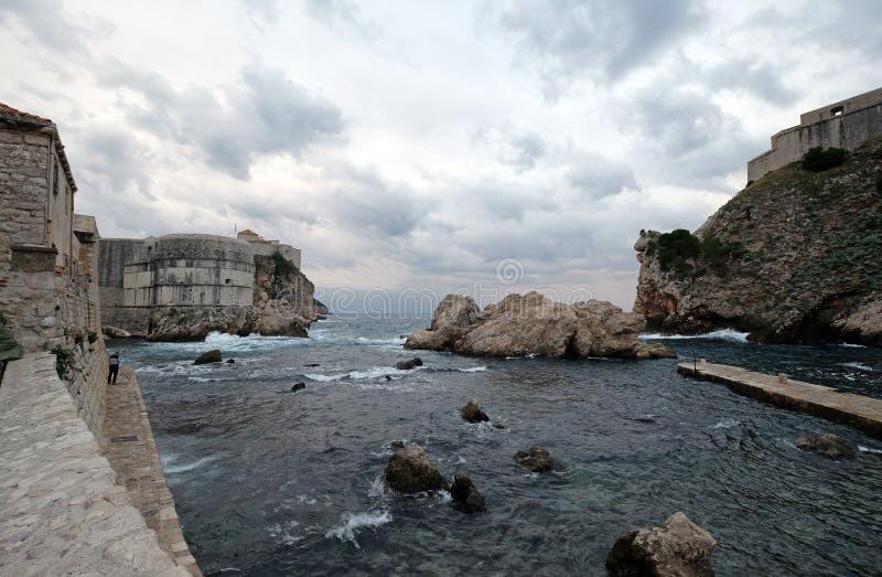 Vieux port Kolorina, avec les deux forts Bokar et la position de Lovrijenic comme sentinelles comme défense des murs de Dubrovnik image libre de droits