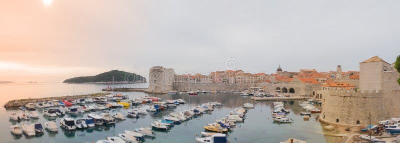 Vieux port maritime de Dubrovnik au lever de soleil photographie stock