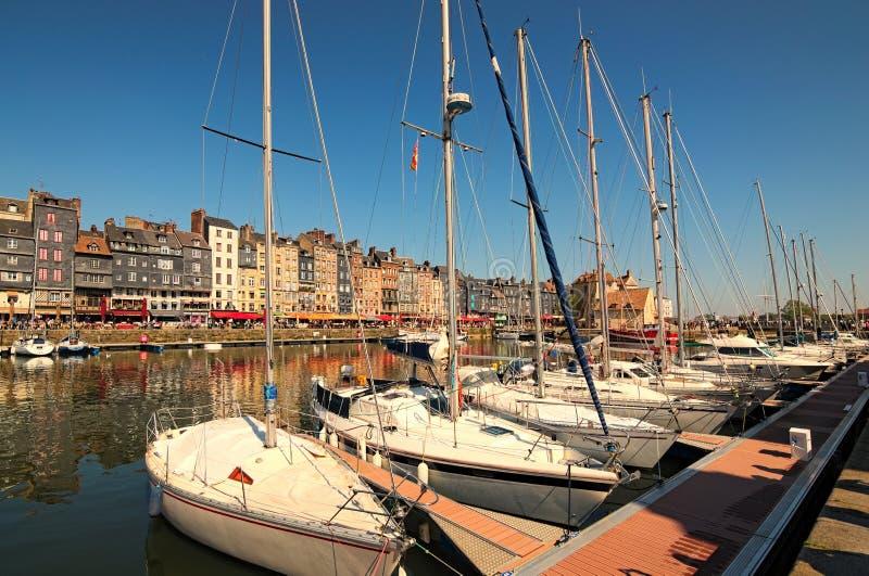 Vieux port pittoresque au village de la Normandie des Frances de Honfleur avec des bateaux, des yachts, des cafés et la mer une j photo libre de droits