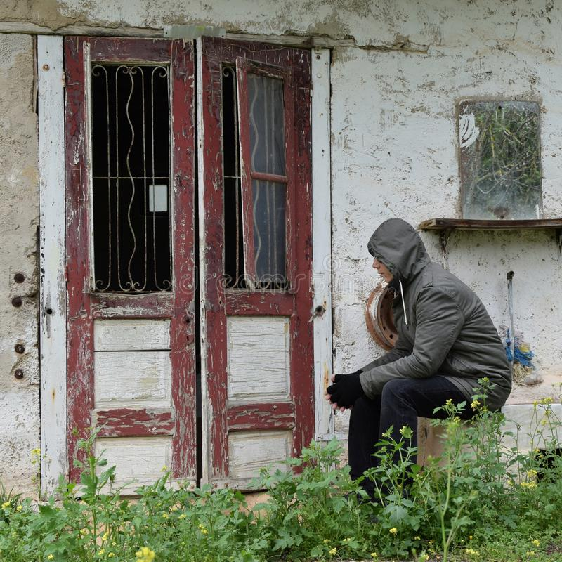 Vieux porte et miroir de maison d'homme image stock