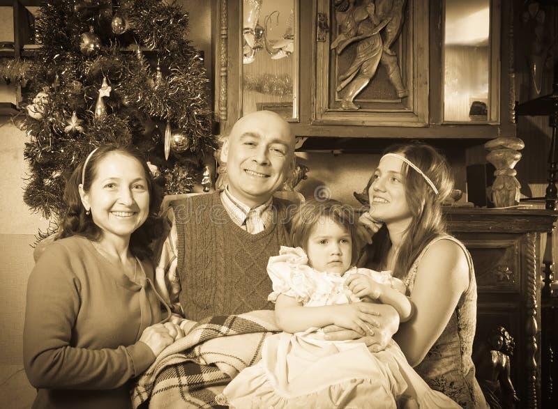 Vieux portrait de famille heureuse dans Noël photo libre de droits