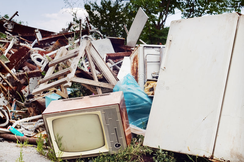 Vieux poste TV et réfrigérateur sur le dupm photo stock
