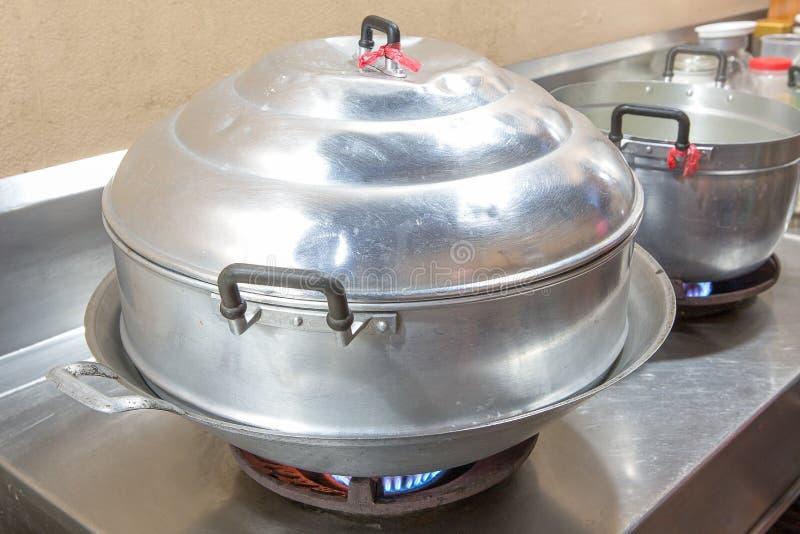 Vieux pot de vapeur sur le fourneau photo stock