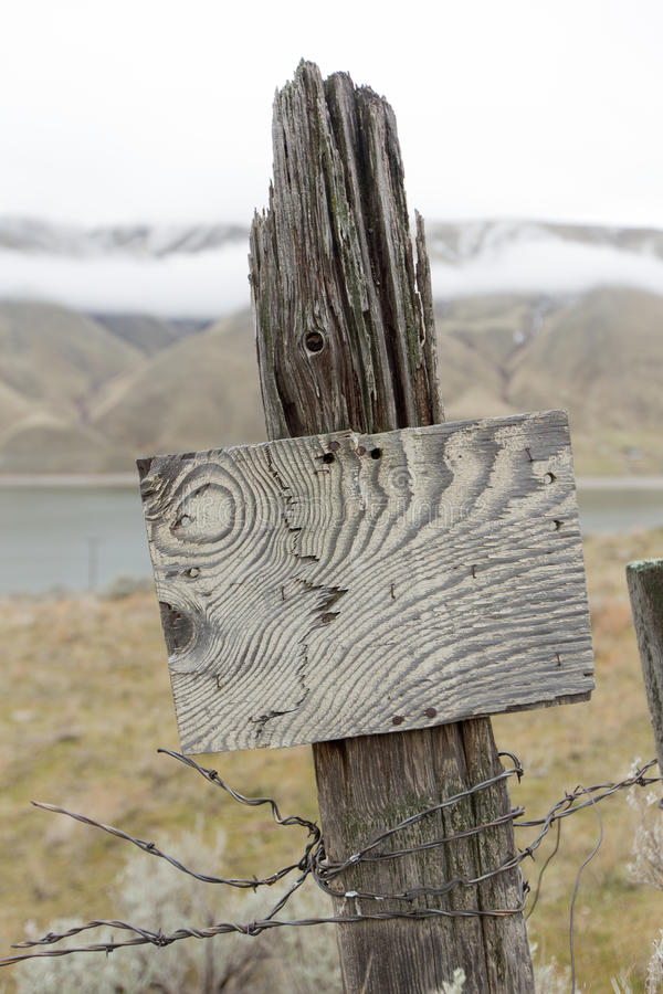Vieux poteau en bois de barrière et signe rustique photographie stock