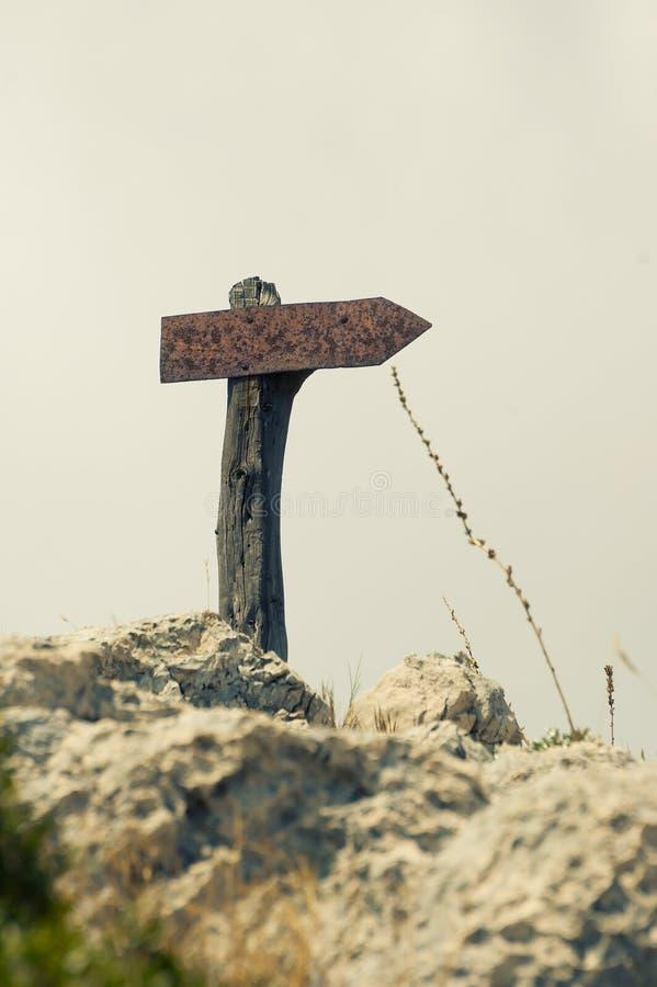 Vieux poteau indicateur rouillé sur une montagne photographie stock