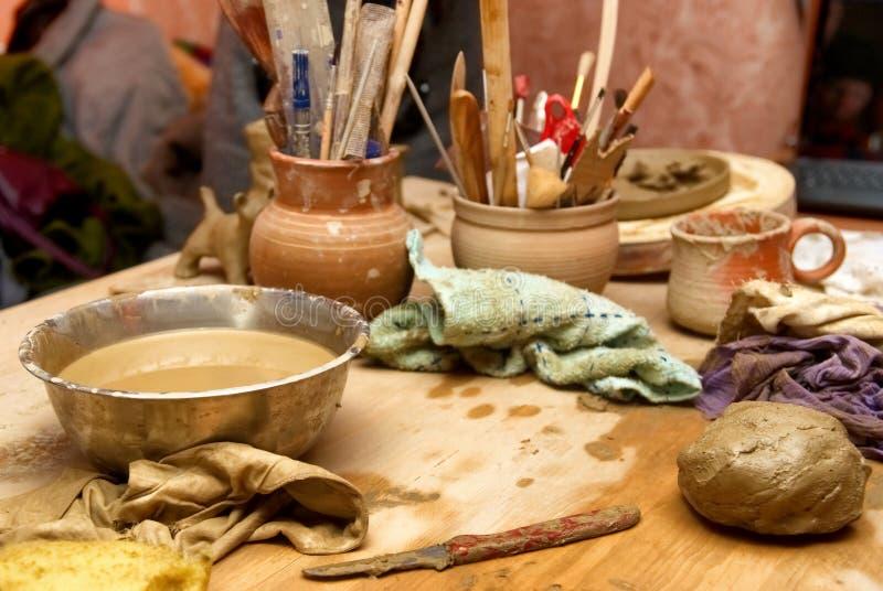 Vieux pots d'argile faits main avec des crayons image stock
