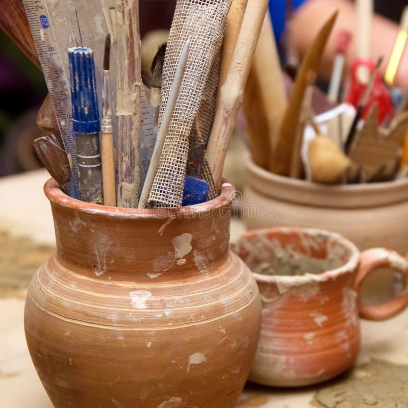 Vieux pots d'argile faits main avec des crayons photographie stock libre de droits