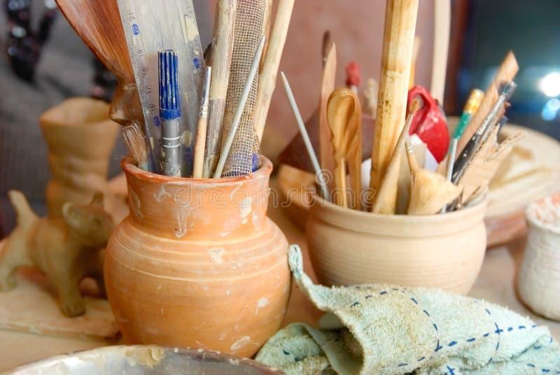 Vieux pots d'argile faits main avec des crayons photo libre de droits