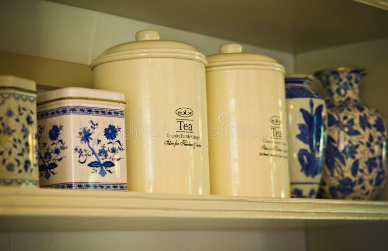 Vieux pots de cru et conteneurs de thé sur l'étagère en bois photographie stock