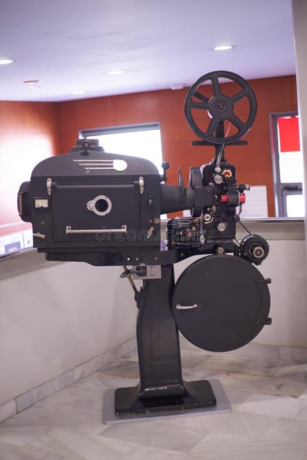 Vieux projecteur de cinéma de 35mm photographie stock libre de droits
