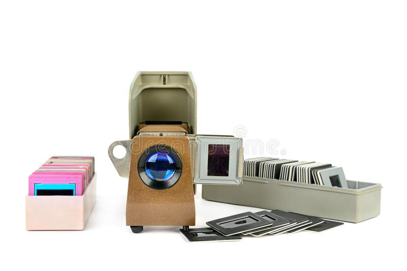 Vieux projecteur de diapositives et ensemble de glissières d'isolement sur le backgrou blanc images libres de droits