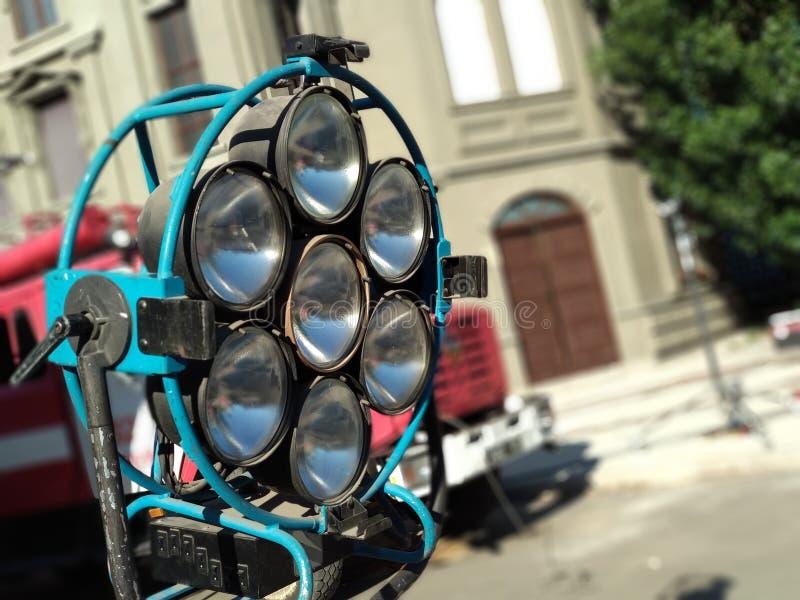 Vieux projecteurs rouillés d'étape à l'étape Équipement de réflecteur de lumière de studio d'offre de cru dans un support pour le photographie stock libre de droits