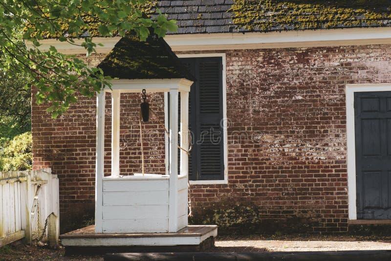 Vieux puits d'eau à Williamsburg la Virginie images stock