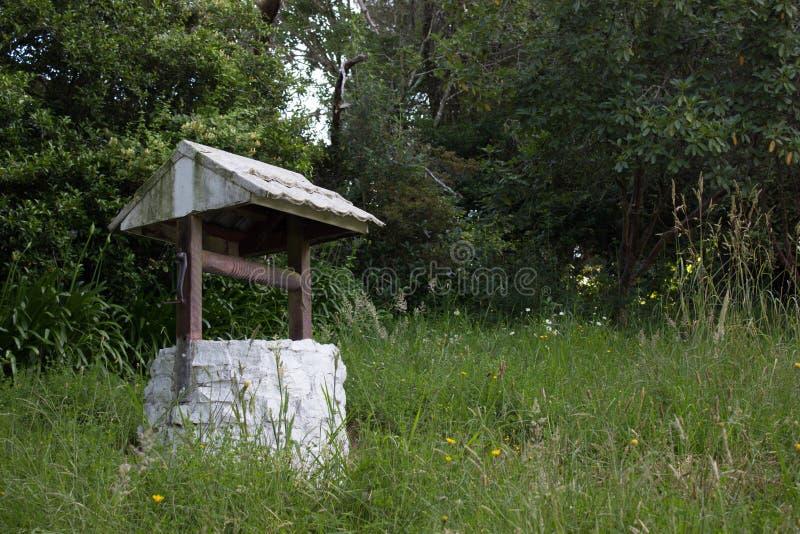 Vieux puits d'eau photos stock