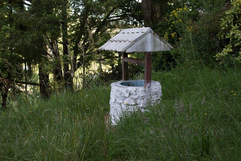 Vieux puits d'eau photos libres de droits