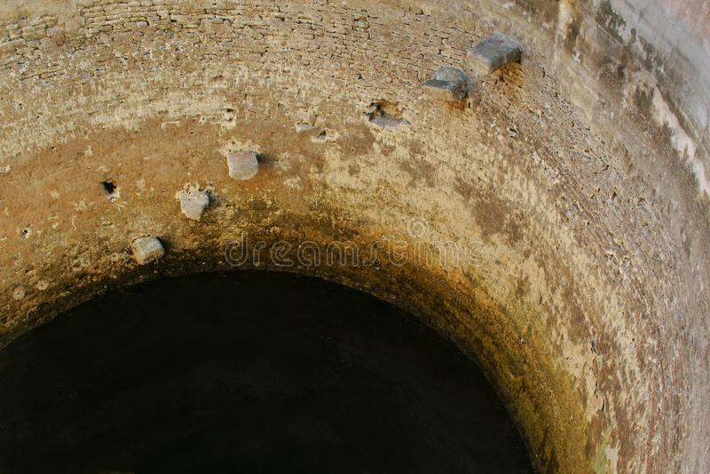 Vieux puits d'eau dans le temple antique de Brihadisvara dans Gangaikonda Cholapuram, Inde images libres de droits