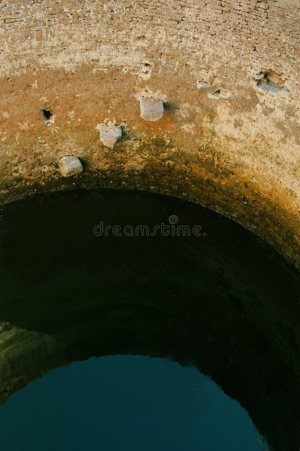 Vieux puits d'eau dans le temple antique de Brihadisvara dans Gangaikonda Cholapuram, Inde image libre de droits