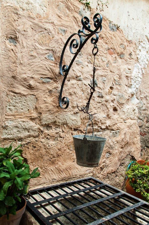 Vieux puits d'eau en pierre images libres de droits