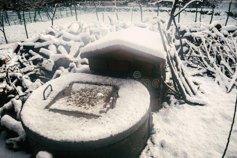 Vieux puits d'eau neigeux image libre de droits