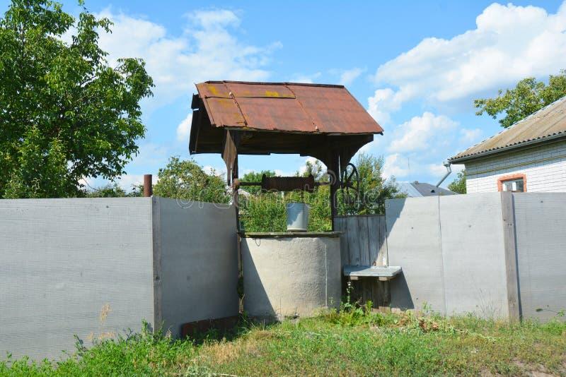 Vieux puits d'eau rustique photos stock