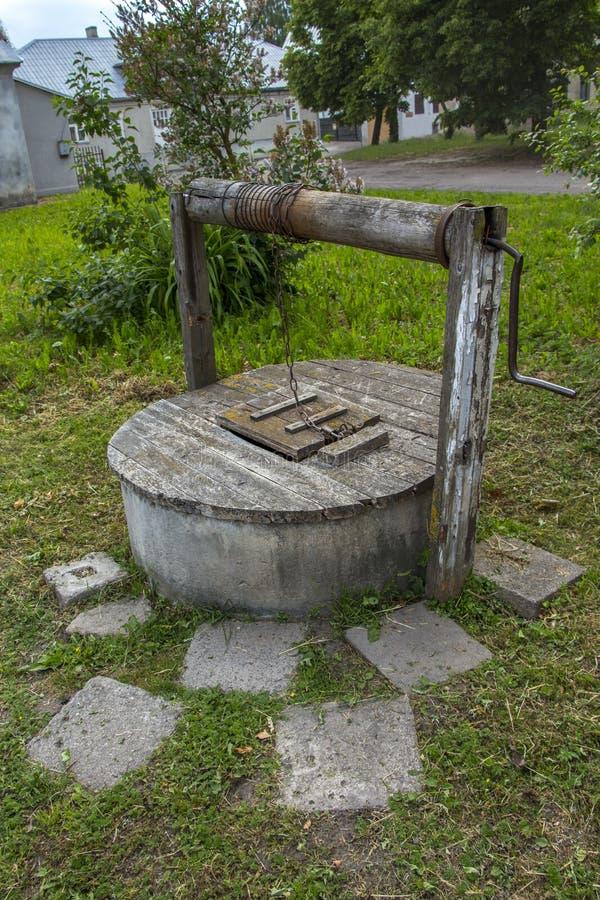 Vieux puits d'eau Yard d'été, paysage rural image stock