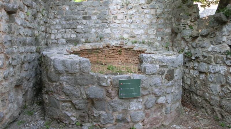 Vieux puits dans la vieille ville détruite après le tremblement de terre montenegro photos libres de droits