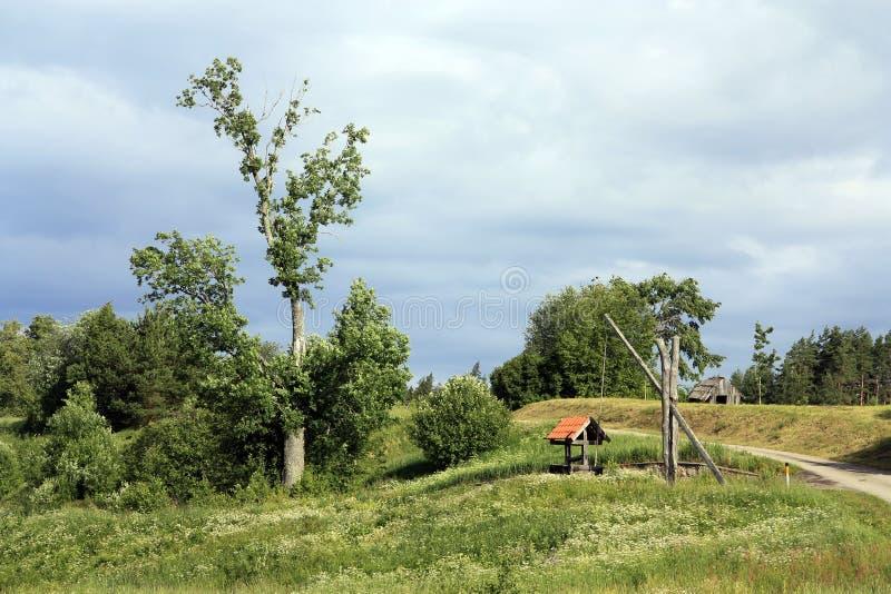 Vieux puits dans le village letton photo libre de droits
