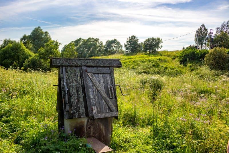 Vieux puits de village image stock