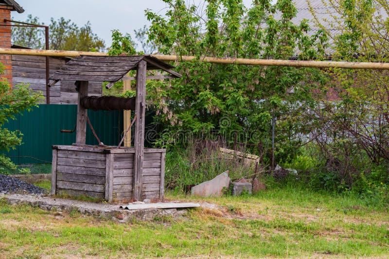 Vieux puits en bois dans l'arrière cour dans la campagne images stock